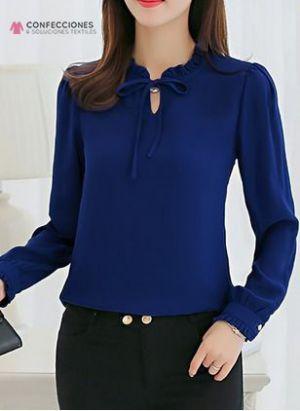 camisa de seda azul recepcionista